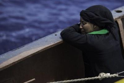 Une femme pleure quelques minutes après avoir été sauvée par le navire de recherche et de sauvetage Sea Watch au large de la Libye.