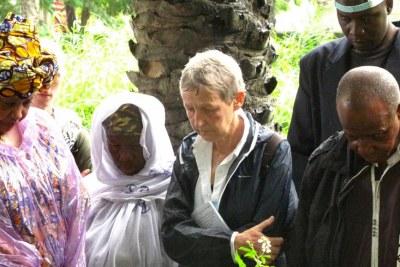Au cimetière Cameroun de Conakry, la famille de Fodé et Yaguine ainsi que plusieurs membres de l'ONG belge « Amitié sans frontières » avaient fait le déplacement pour se recueillir sur la tombe des deux enfants.