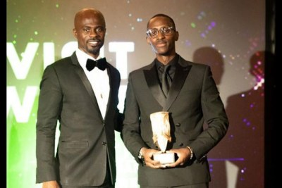 Emmanuel Ruhumuliza (R), Partnerships Manager at the Rwanda High Commission in the UK received the award on behalf of Visit Rwanda.