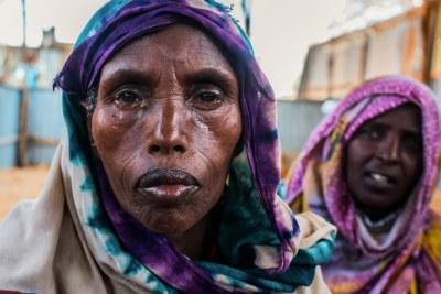 Des femmes déplacées dans un centre d'aide du Programme alimentaire mondial situé dans le camp KM-13 à la périphérie de Mogadiscio. Nombre de ces personnes ont marché pendant des jours depuis leurs villages ruraux en quête de nourriture (mars 2017)