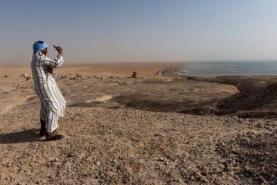 Un homme regarde l'océan Atlantique depuis les côtes de la Mauritanie, un pays d'Afrique de l'Ouest et du Sahel, situé au sud du désert du Sahara