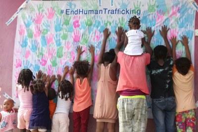 Des enfants réfugiés montrent leur soutien à une campagne anti-traite de l'agence des Nations Unies pour les réfugiés au camp de Wad Sharife, dans l'est du Soudan.