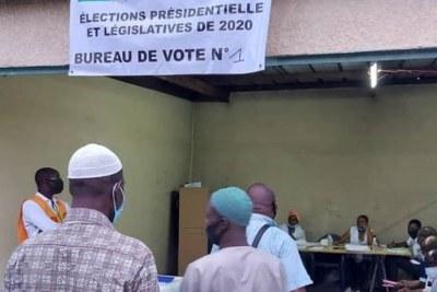 Des Burkinabés accomplissent leur devoir civique