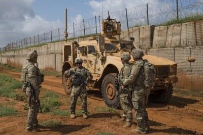Des soldats de l'armée américaine de la 41e Infantry Brigade Combat Team (IBCT) lors d'une patrouille de sécurité en Somalie, le 3 décembre 2019. Le 41e IBCT fournit la sécurité de base et la protection de la force pour le personnel de la Force opérationnelle interarmées-Corne de l'Afrique et les forces américaines partenaires déployé en Somalie.