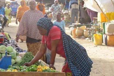 Femme sur un marché de Ménaka, au Mali.