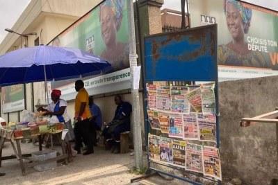 Un kiosque à journaux au pied des locaux de la CEI, ce 4 mars 2021, Abidjan