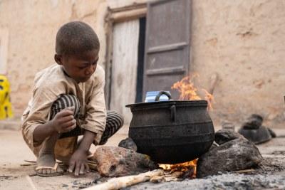 Un enfant aide sa màre à préparer le petit déjeuner au Niger (archive)