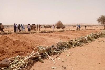 Des villageois se trouvent devant un charnier contenant les corps des civils tués lors de l'attaque du 21 mars 2021, par des groupes islamistes armés, contre des villages dans la région de Tahoua, Niger. Plus de 170 villageois ont été tués lors de l'attaque, la pire atrocité de l'histoire récente du Niger