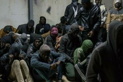 Plus de 350 migrants interceptés par les garde-côtes libyens dans un centre de détention en Libye, en janvier 2018.